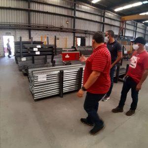Rodrigo Silva mostrando a fábrica da SA